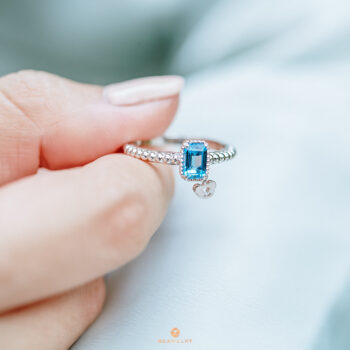Silver Beawelry Ring with Emerald Cut Blue Topaz